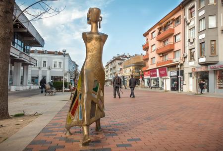 """Varna, Bulgarien, 19. April 2018: Eine moderne Skulptur """"The Walk"""" aus Messing und Glasmalerei des Künstlers Veselin Kostadinov im historischen Zentrum der Stadt Varna."""