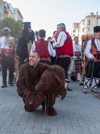 Varna, Bulgaria - April 28, 2018: Participants of the annual Varna Spring Carnival. A young man in a bear costume. Imagens - 112424293