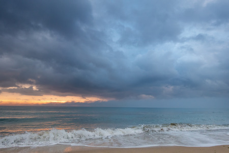 Storm clouds over the seashore at dawn, seascape background. Imagens