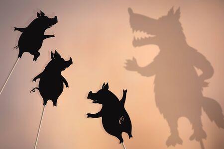 Marionetas de sombras de tres cerditos y Big Bad Wolf.