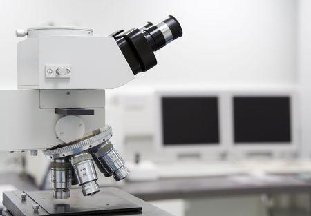 laboratorio clinico: Microscopio y pantalla del ordenador