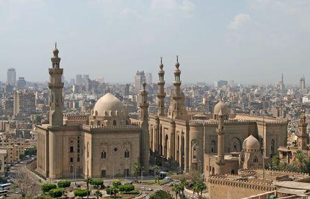 prayer tower: Cairo vista sulla citt� con la Moschea del sultano Hassan