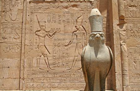 horus: Estatua del dios Horus Falcon en el templo de Horus, Egipto  Foto de archivo