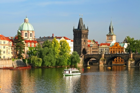 the boat on the river: La ciudad antigua de Praga, Rep�blica Checa  Foto de archivo