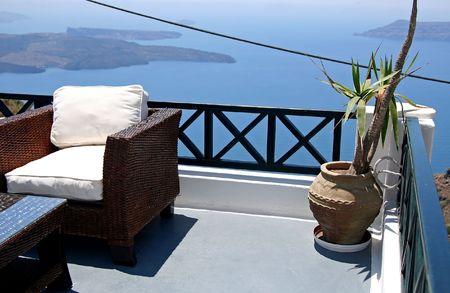 greek pot: Una casa balcone a Isola di Santorini, Grecia Archivio Fotografico