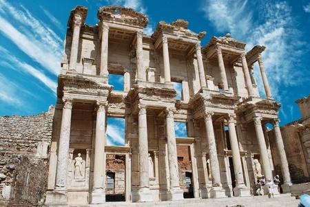 templo griego: Fachada de la antigua Biblioteca centígrados en Éfeso, Turquía