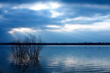 青い湖に沈む夕日