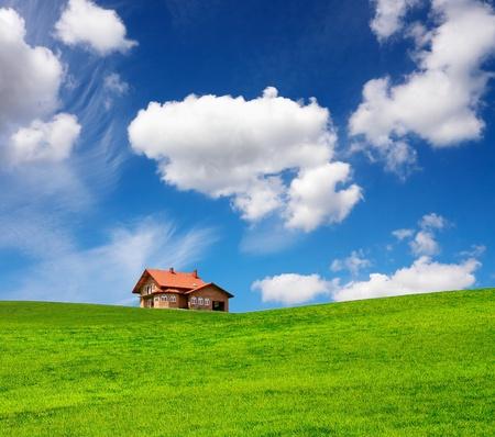 Een nieuwe bak stenen huis in het voorjaar
