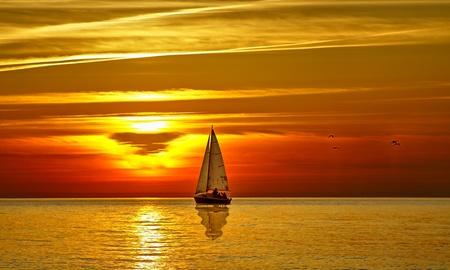 coucher de soleil: Voilier au coucher du soleil Banque d'images
