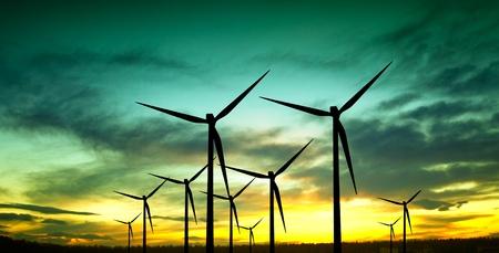 viento: Silueta de turbinas de viento al atardecer