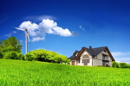 molino: Eco House sobre una colina verde Foto de archivo