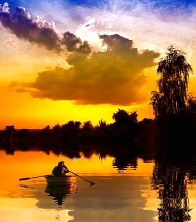 romantique: Couple sur un bateau au coucher du soleil