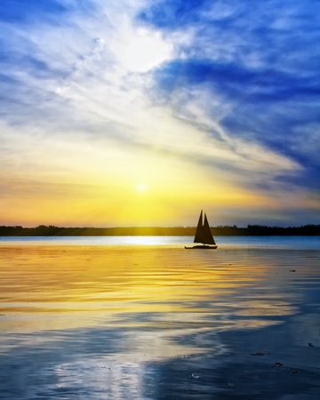 Sailing against the sunset Foto de archivo