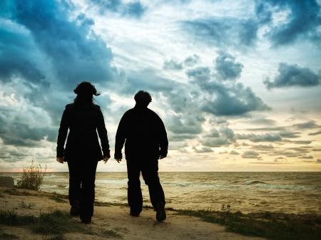 senioren wandelen: Echtpaar wandelen op het strand