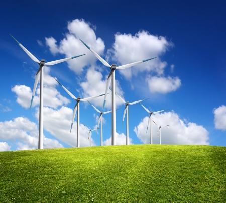 eficiencia energetica: Molinos de viento en el paisaje de verano