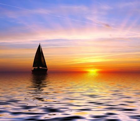 日没へのセーリング 写真素材