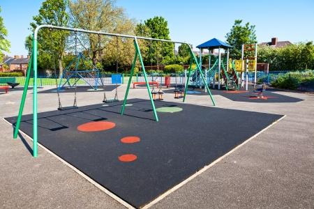 niños en area de juegos: Patio de los niños en el parque