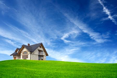 rendite: Nuova casa sul cielo blu Archivio Fotografico