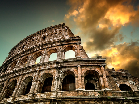 romana: Coliseo de Roma con el cielo en el fondo Foto de archivo