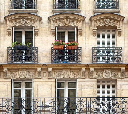 Typical facade of Parisian building Stok Fotoğraf - 62608293