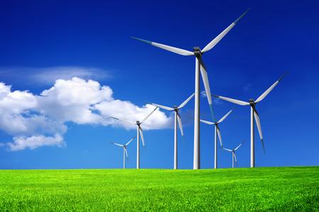 Windenergieanlagen Bauernhof  Standard-Bild
