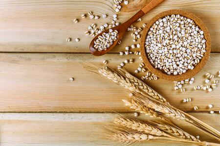 Trigo de cereales en la mesa de madera Foto de archivo
