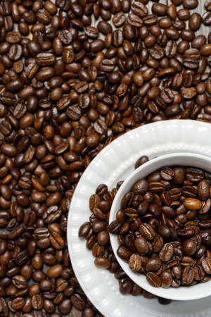 Coffee beans background with cup 免版税图像