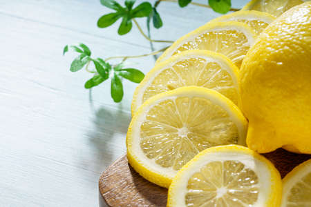 Sliced lemon fruit isolated on wooden table 免版税图像