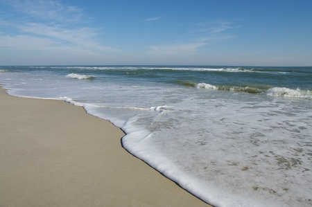 orilla: Costa de la mar: Gentle ondas llegan la arena en la isla de Assateague National Seashore.