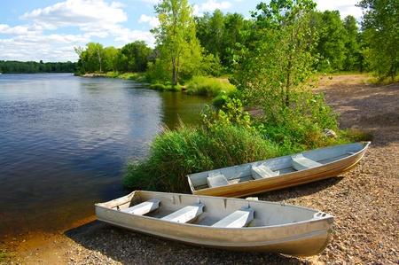 barca da pesca: Piccole barche sulla costa: barche da pesca Small attendono sulla riva di un lago del Wisconsin.