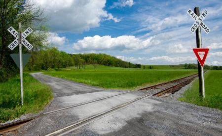 Land Railroad Crossing: Een smalle grindweg kruist een set van spoorbanen op het platteland van Virginia.
