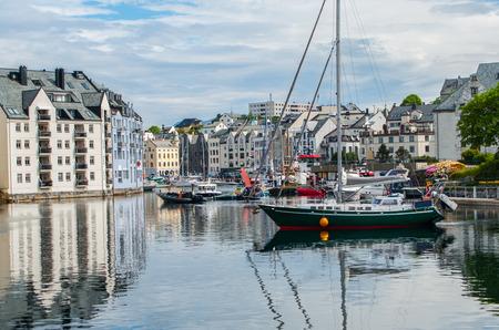 voilier ancien: Norvégiens Seaport: Bateaux à voile, la pêche et les tournées se rassemblent dans le port de Alesund, Norvège.