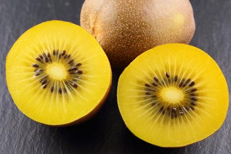 スレート板の新鮮な黄色のキウイ フルーツの組成