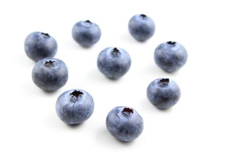 Composición de frutas frescas de arándanos aislado sobre un fondo blanco.