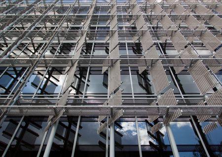 window shade: Resumen arquitect�nico tiro exterior de la ventana de un sistema de sombra Foto de archivo