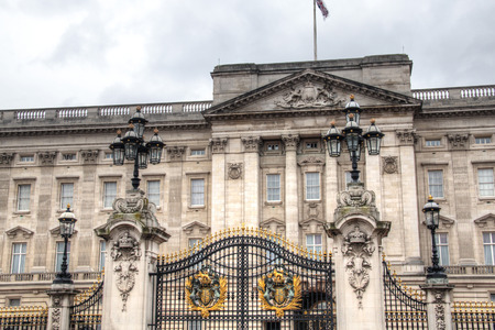 king palace: Buckingham Palace seen from behind the gate in London, the capital of the United Kingdom