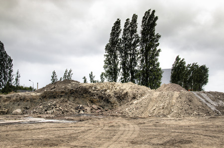 Los montones de arena y la suciedad en las obras de construcción en el puerto de Amberes Bélgica