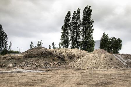 paesaggio industriale: Mucchi di sabbia e sporco in lavori di costruzione nel porto di Anversa in Belgio