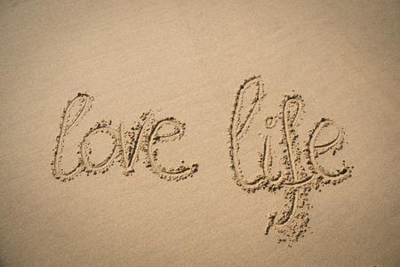 love of life: Le parole amano la vita scritto nella sabbia su una spiaggia in Mozambico Archivio Fotografico