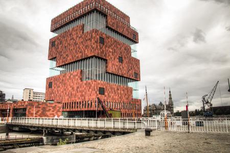 Het gebouw van het MAS museum in de buurt van de haven van Antwerpen, België