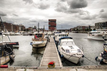 De jachthaven in de stad Antwerpen, België met het MAS museum op de achtergrond