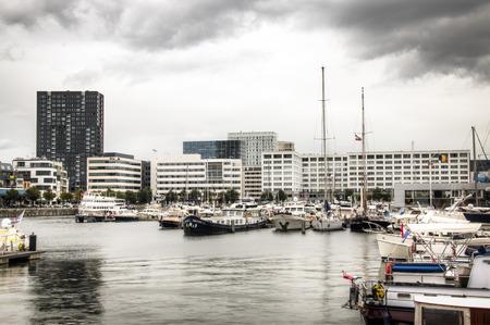 De jachthaven in de stad Antwerpen, België met een aantal moderne gebouwen op de achtergrond