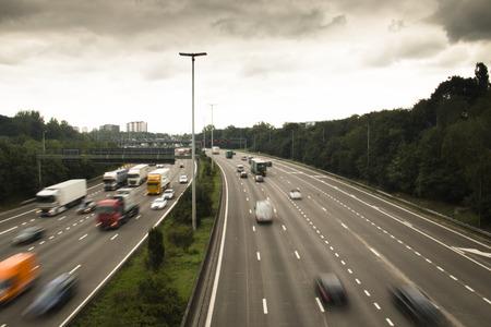 자동차와 속도 신호와 벨기에 앤트워프 주변의 고속도로 링