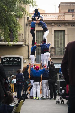 piramide humana: BARCELONA, ESPA�A ALREDEDOR DE 10 2015: Las personas que hacen una pir�mide humana en Barcelona en Espa�a