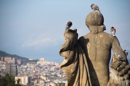 espanya: A statue with pidgins on top of Montjuic mountain with the skyline of Barcelona in the background