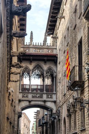 carrer: The famous bridge at Carrer del Bisbe in Barri Gotic in Barcelona, Spain