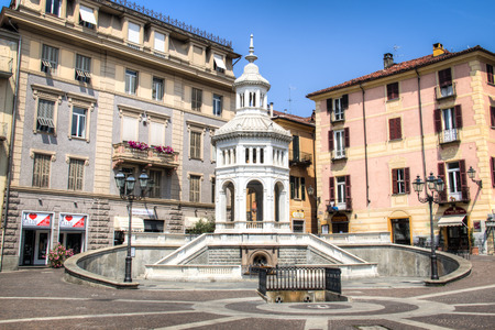ACQUI TERME, ITALY - JULY 2016: The main square with fountain in Acqui Terme, Italy Редакционное