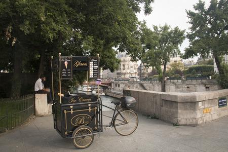 carretto gelati: PARIGI, FRANCIA - Settembre 2016: Gelato carrello a lato di una piazza di Parigi in Francia Editoriali