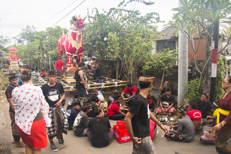 UBUD, BALI - JANUARY 2018: A funeral and cremation ceremony in a little  village near Ubud on Bali island in Indonesia Фото со стока - 120168036