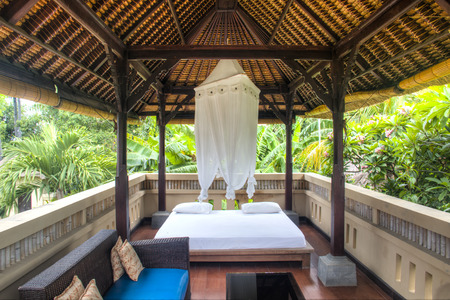 Fancy outdoor hotel room with view over the palm trees in Pemuteran in Bali, Indonesia Фото со стока - 120168040